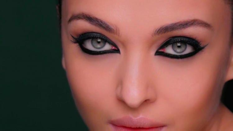how to apply smudgeproof kajal