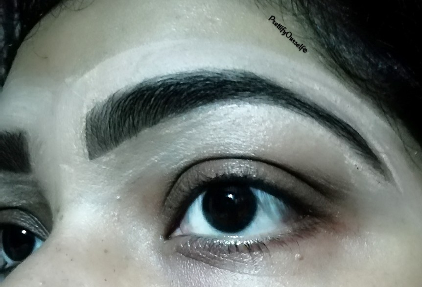 clear eye brow with help of the concealer